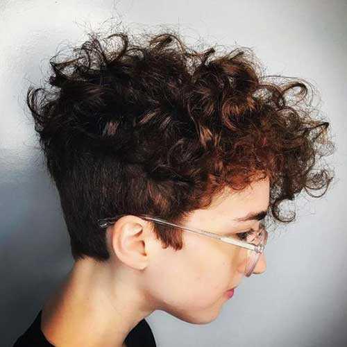 Kurze lockige haare stylen frau
