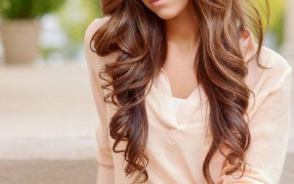 30 beliebte und trendige lockige Frisuren für Mädchen im Teenageralter
